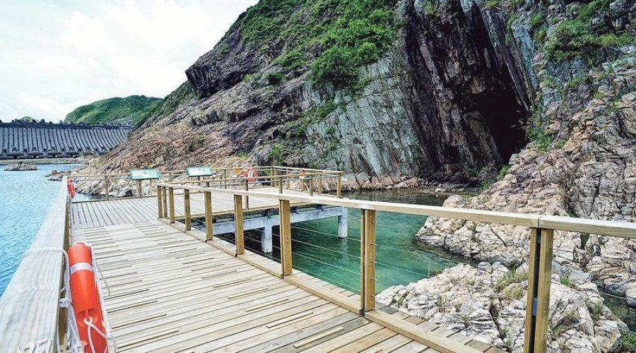 木橋步道,欣賞沿岸因長期受海風及海浪侵蝕,形成了特別的海蝕地貌