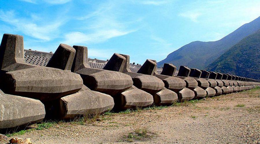 防波堤上有7000多個巨型錨形石,整齊排列,極之壯觀