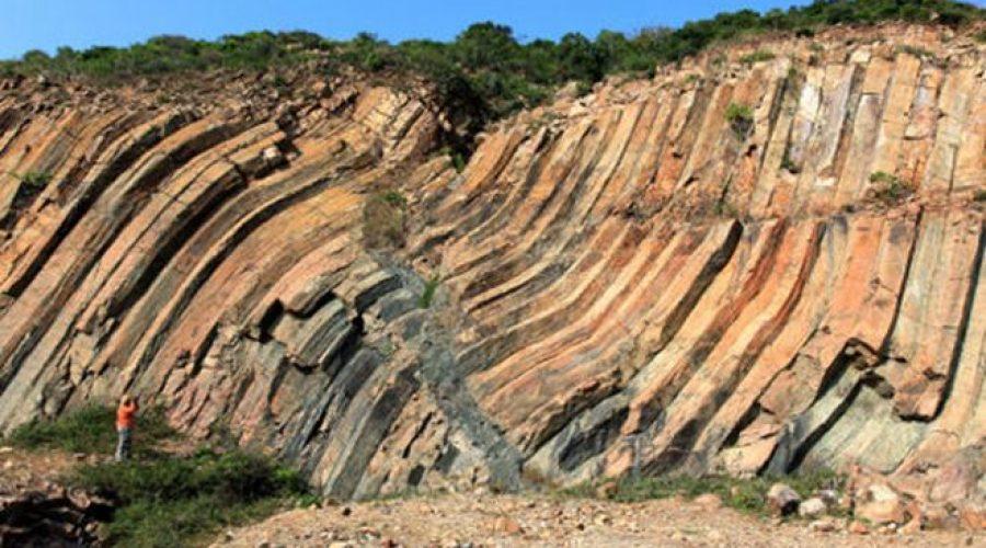 1億4000萬年前火山口的物質在冷卻過程及地殻活動中,形成獨特的六角形扭曲岩壁