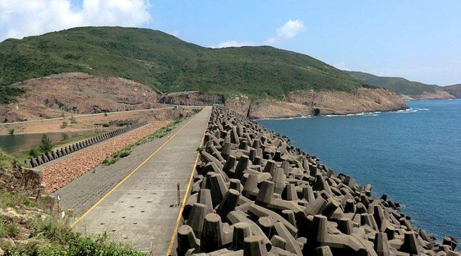 西貢糧船灣萬宜水庫東壩外的防波堤,由7,000多個混凝土錨形石組成